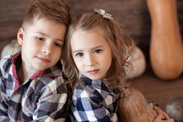 Zamyka w górę portreta chłopiec i dziewczyna. ciepła jesień, dzieci