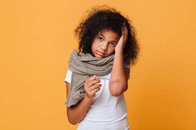 Zamyka w górę portreta chora afro amerykańska dziewczyna