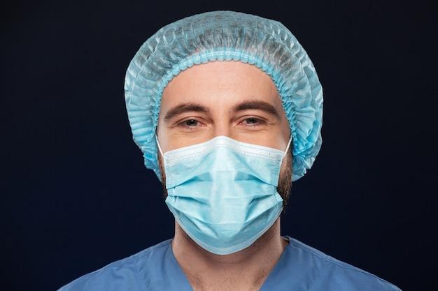Zamyka w górę portreta męski chirurg