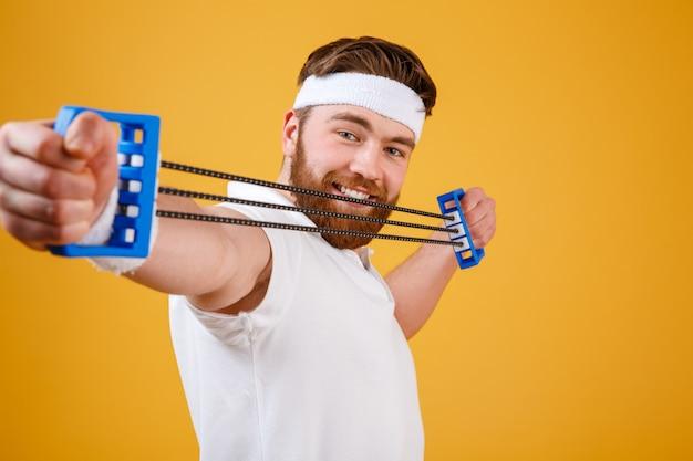 Zamyka w górę portreta młody sportowy mężczyzna ćwiczyć