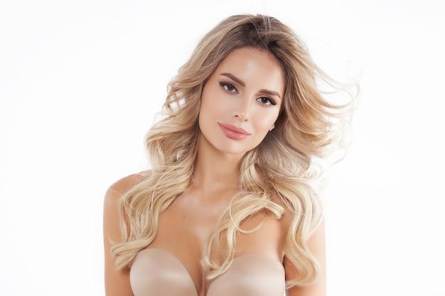 Zamyka w górę portreta piękny blondynka model odizolowywający na bielu