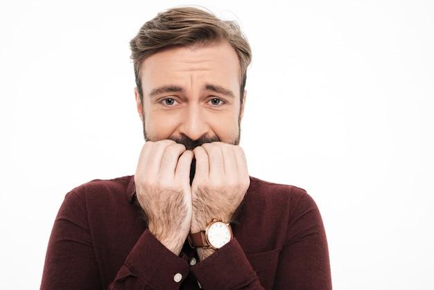 Zamyka w górę portreta przestraszony młody brodaty mężczyzna
