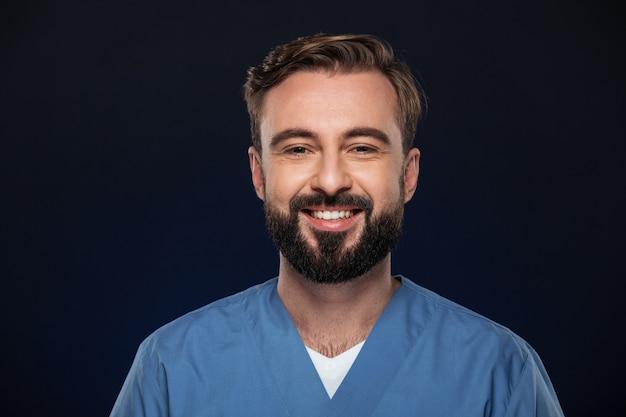 Zamyka w górę portreta radosna samiec lekarka