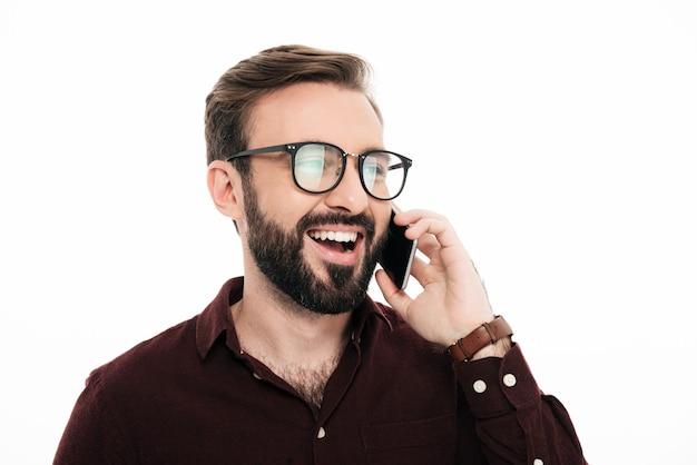 Zamyka w górę portreta rozochocony uśmiechnięty mężczyzna w eyeglasses