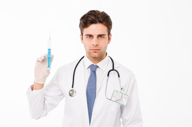 Zamyka w górę portreta skupiająca się młoda samiec lekarka