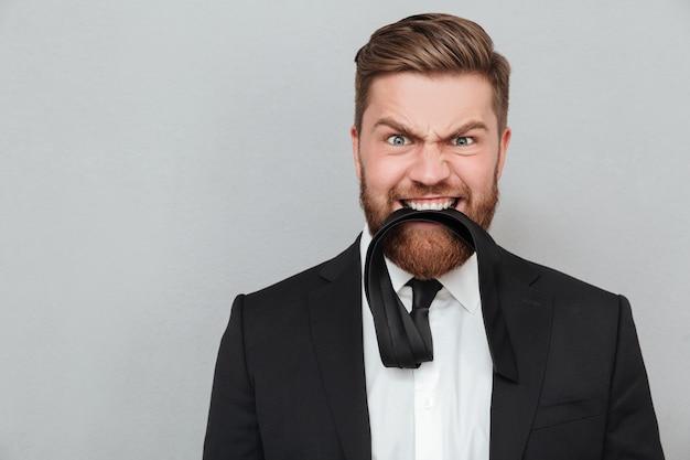 Zamyka w górę portreta śmieszny szalony biznesmen w kostiumu