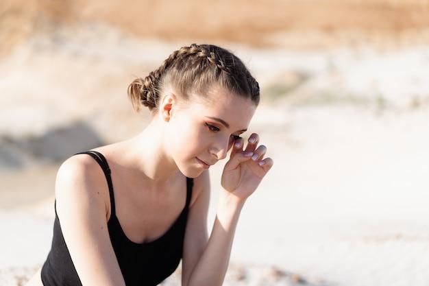Zamyka w górę portreta smutna i przygnębiona kobieta głęboko w myśli outdoors. koncepcja depresji