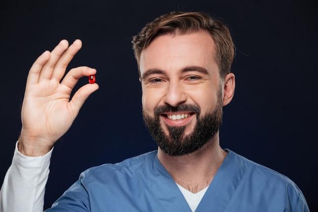 Zamyka w górę portreta szczęśliwa samiec lekarka