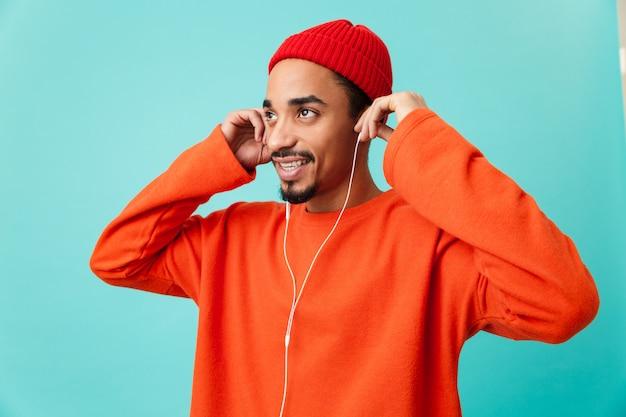 Zamyka w górę portreta szczęśliwy młody afro amerykański mężczyzna