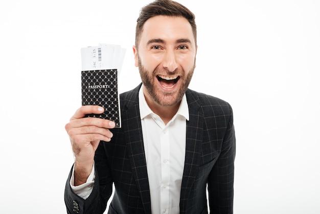 Zamyka w górę portreta szczęśliwy podekscytowany mężczyzna