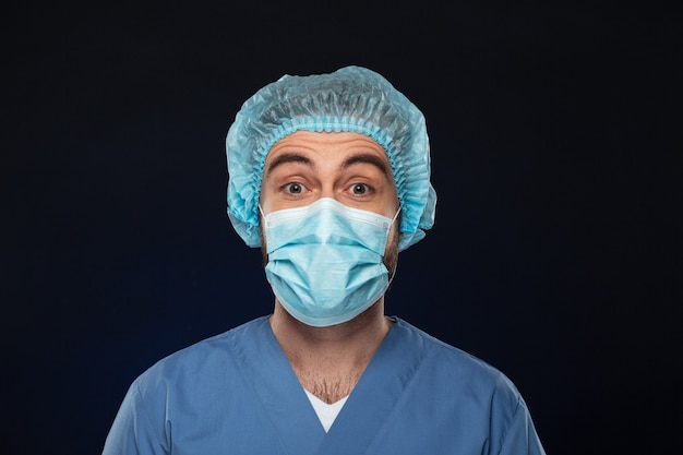Zamyka w górę portreta szokujący męski chirurg