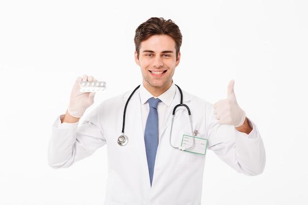 Zamyka w górę portreta ufna młoda samiec lekarka