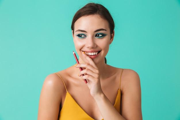 Zamyka w górę portreta uśmiechnięta młoda kobieta