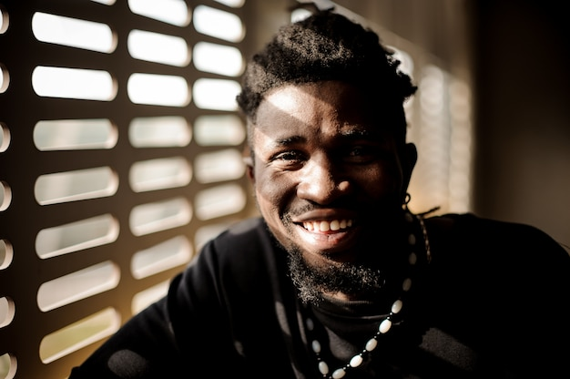 Zamyka w górę portreta uśmiechnięty afro amerykański mężczyzna