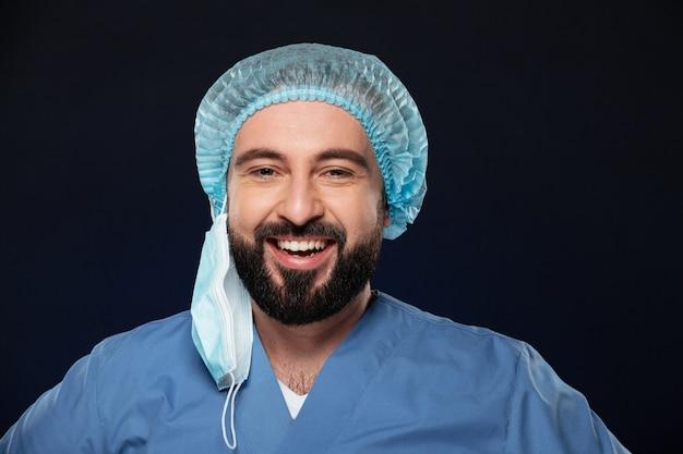 Zamyka w górę portreta uśmiechnięty męski chirurg