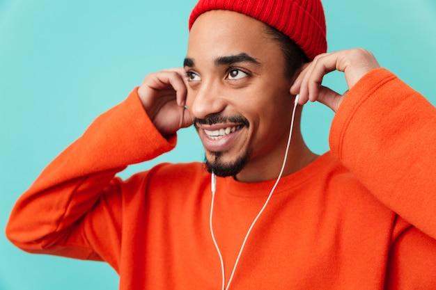 Zamyka w górę portreta uśmiechnięty młody afro amerykański mężczyzna