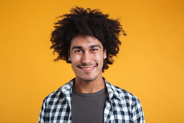 Zamyka w górę portreta uśmiechnięty przypadkowy afrykański mężczyzna