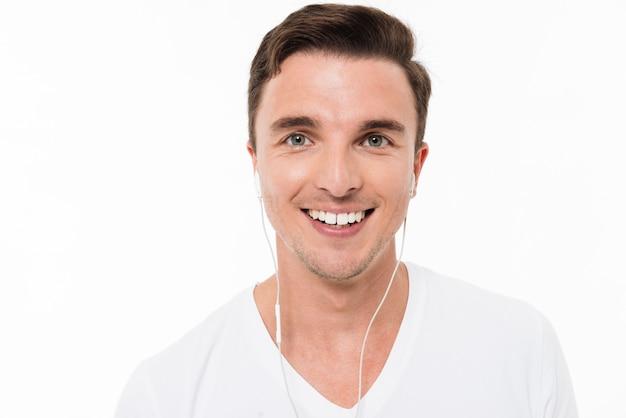 Zamyka w górę portreta uśmiechnięty szczęśliwy mężczyzna