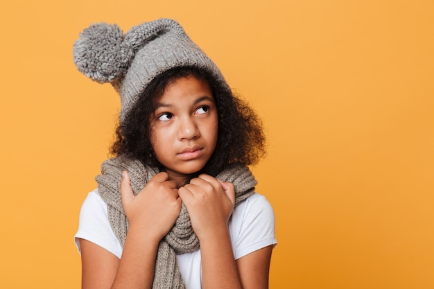 Zamyka w górę portreta zamarznięta afro amerykańska dziewczyna
