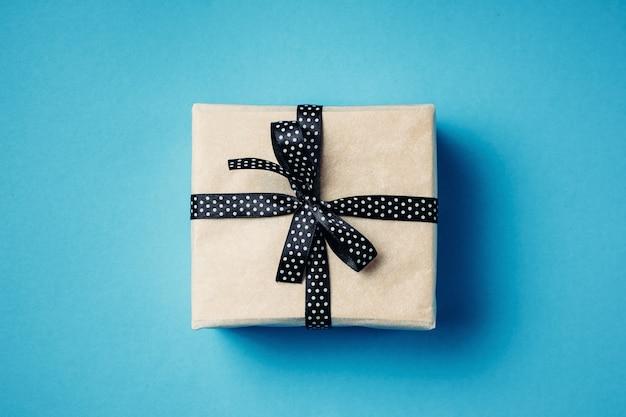 Zamyka w górę prezenta pudełka na błękitnym tle, odgórny widok
