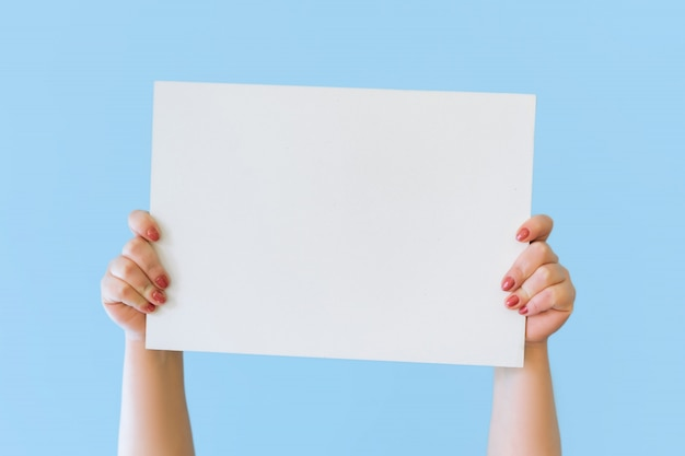 Zamyka w górę przycinającego chwyta w ręki pustego miejsca pustej szyldowej białej dużej desce dla promocyjnej zawartości, wskazuje palec na miejscu dla teksta. skopiuj obszar reklamowy