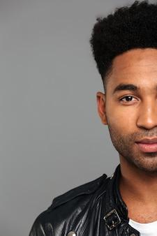 Zamyka w górę przyrodniego twarz portreta afro amerykański mężczyzna