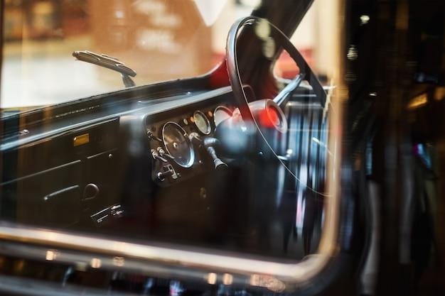 Zamyka w górę reflektoru czarny rocznika samochód