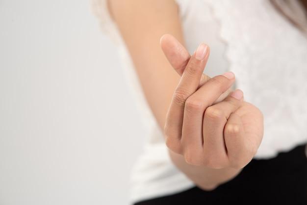 Zamyka w górę ręki kobieta robi kierowemu kształtowi