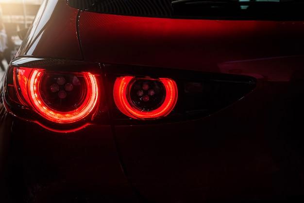 Zamyka w górę samochodowego ogonu światła czerwonego koloru