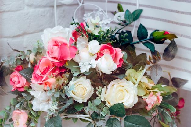 Zamyka w górę ślubnej dekoracja bukieta sztuczni kwiaty
