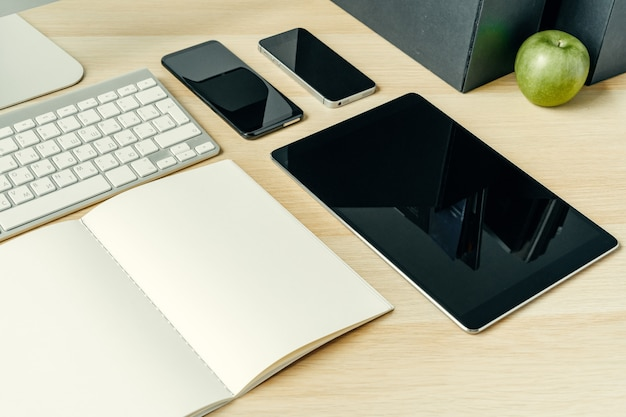 Zamyka w górę strzału cyfrowi przyrząda na biuro stole