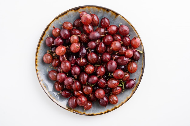 Zamyka w górę strzału czerwony agrestowy żniwo. zdrowy styl życia i jedzenie. wegańskie jedzenie