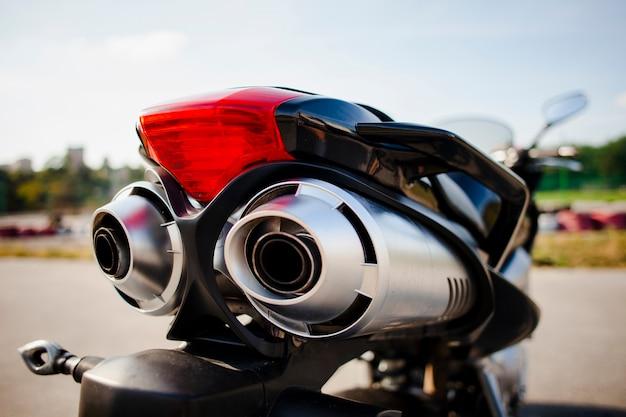 Zamyka w górę strzału motocyklu tyły