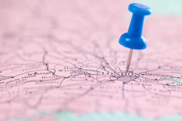 Zamyka w górę strzału pchnięcia błękita szpilka wskazuje na mapie przy londyn