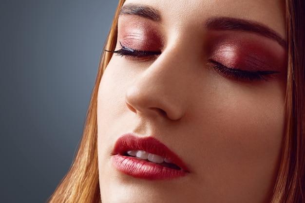 Zamyka w górę strzału piękna kobieta z zdrową czystą skórą