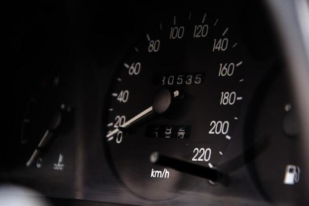 Zamyka w górę strzału szybkościomierz w samochodzie