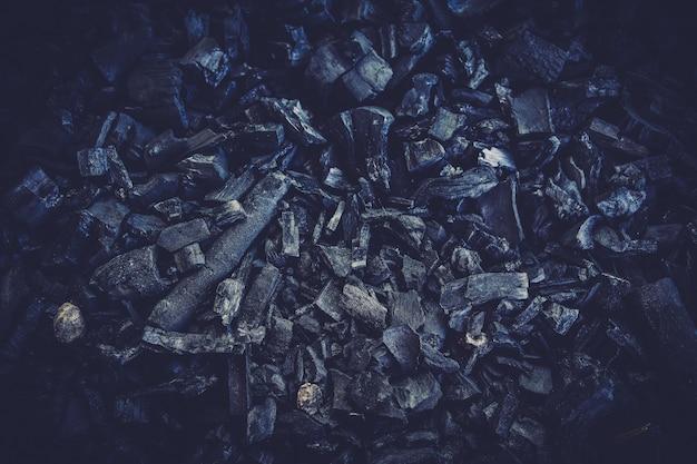 Zamyka w górę szczegółów czarnego węgla drzewnego tekstury tło.