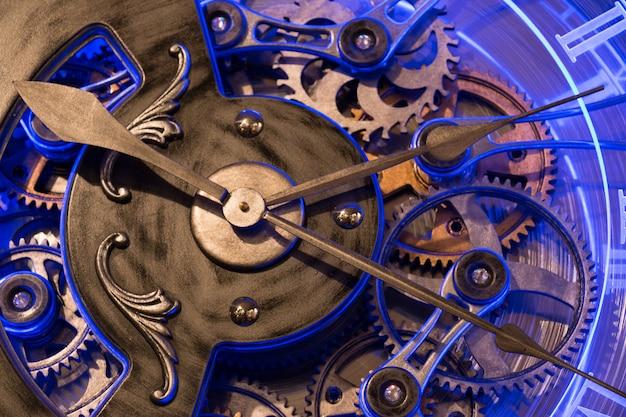 Zamyka w górę widok przekładni stary brązu zegar.