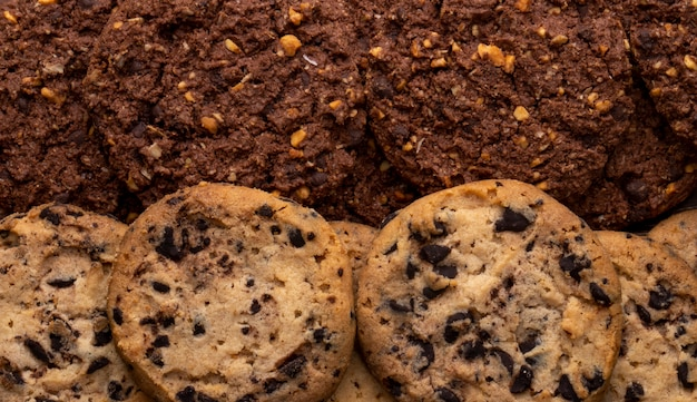 Zamyka w górę widoku czekoladowego układu scalonego ciastka z zboże dokrętkami i kakao
