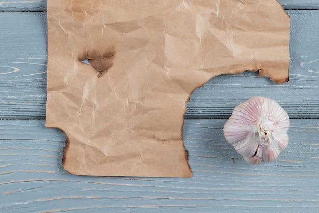 Zamyka w górę widoku czosnek żarówka na drewnianym tle z kopii przestrzenią