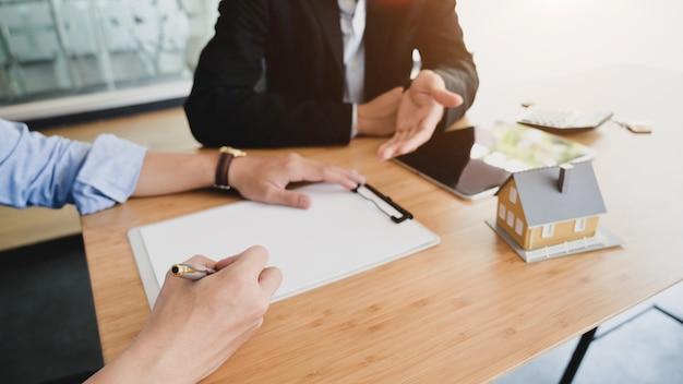 Zamyka w górę widoku domowy pożyczkowy agent przedstawia męski klient