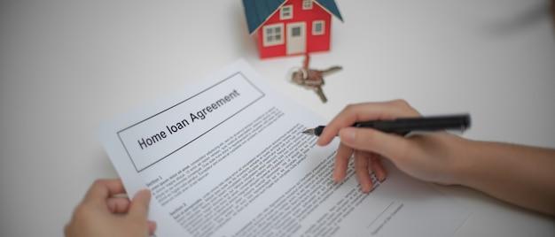 Zamyka w górę widoku kobieta czyta kredyt mieszkaniowy umowę rozważać przed podpisuje kontrakt