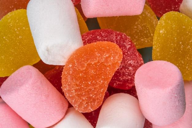 Zamyka w górę widoku kolorowi smakowici marmoladowi cukierki i marshmallows