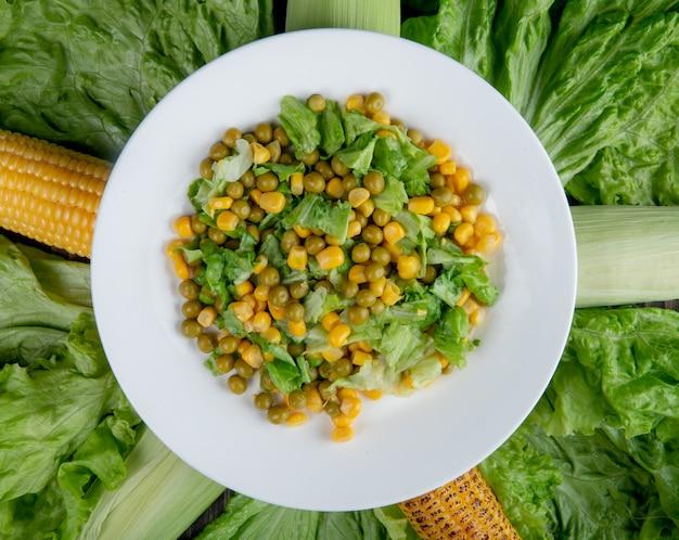 Zamyka w górę widoku kukurydzana sałatka z zielonymi grochowymi kukurudzami i sałatą