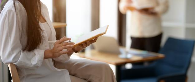 Zamyka w górę widoku młody żeński student collegu czyta jej wykład na jej notatniku
