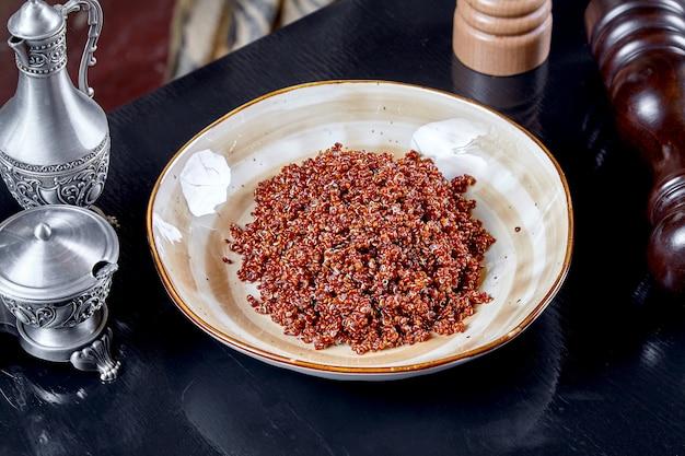 Zamyka w górę widoku na gotującym quinoa pucharze. zdrowe, wegańskie, zbalansowane dodatki. koncepcja żywności i zdrowia z miejsca kopiowania. pożywne pożywienie