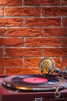 Zamyka w górę widoku na gramofonie na tle brickwall