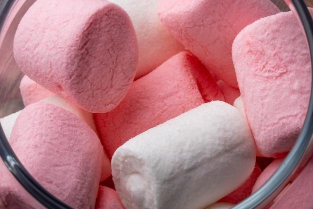 Zamyka w górę widoku różowy i biały marshmallow