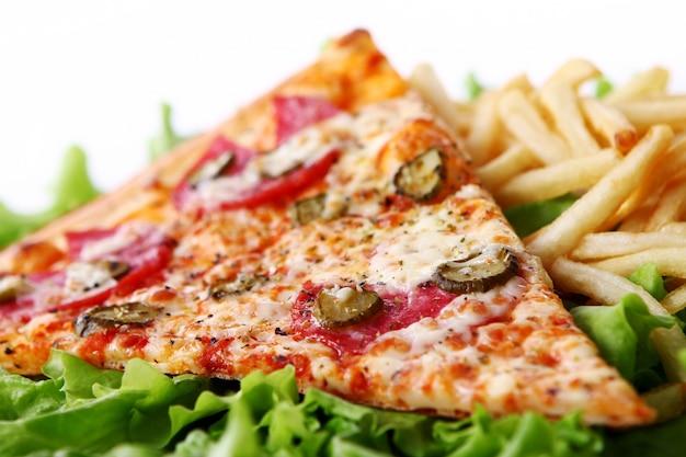 Zamyka w górę widoku świeża pizza z frytkami