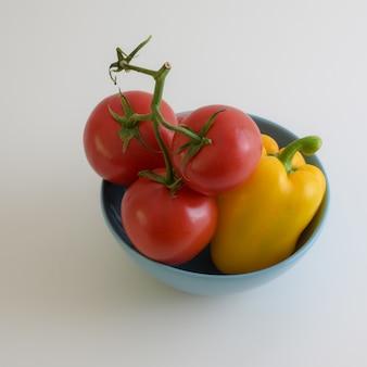 Zamyka w górę widoku warzywo puchar z pomidorami i dzwonkowym pieprzem